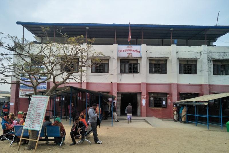 प्रवेशमा  कडाई गरिएपछि जिल्ला प्रशासन कार्यालय भयाे सुनसान, बिचौलियाहरुको बिचल्ली