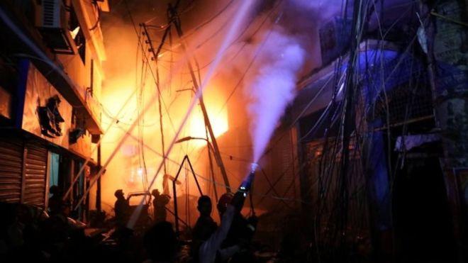 बंगलादेशको राजधानी ढाकामा भीषण आगलागी, ७० जनाको मृत्यु