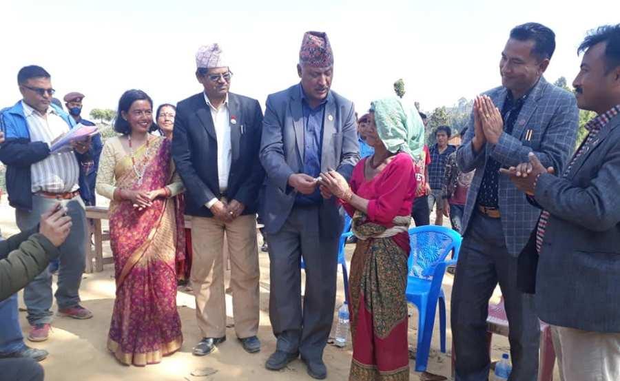 शनिबारको दिन नागरिकता बाँड्न गाउँ पुगे सांसद र सिडिओ
