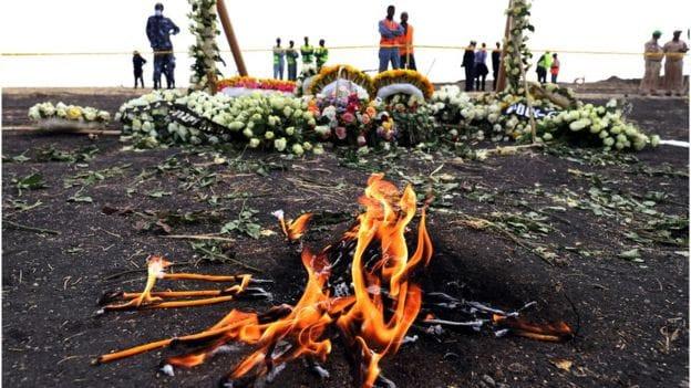 इथियोपियन एयरलाइन्स दुर्घटनाः मृतकका परिवारलाई एक किलो माटो दिइँदै