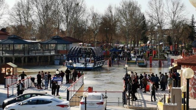 इराकमा डुंगा डुब्दा सय जनाको ज्यान गयाे, ५५ जनाकाे उद्दार