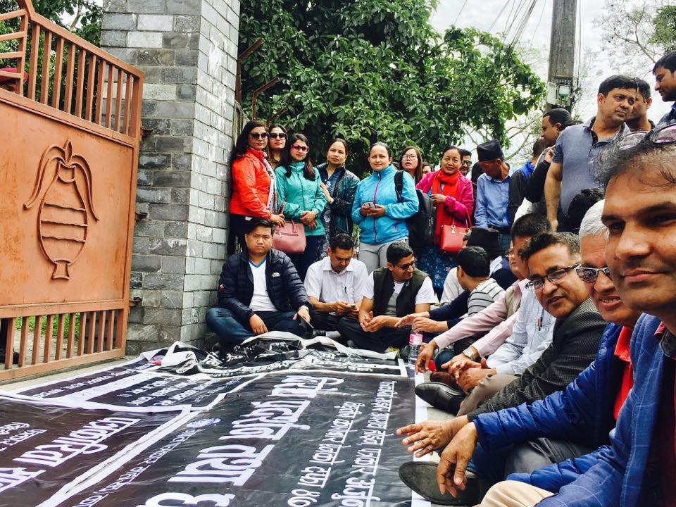 सबै जिल्ला प्रशासन कार्यालय अगाडि  पत्रकारकाे धर्ना